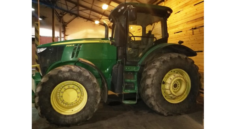 Kolový traktor John Deere 7230 R