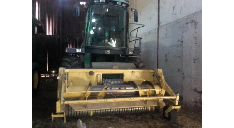 Sklízecí řezačka JD 6810 se senážním a kukuřičným adaptérem