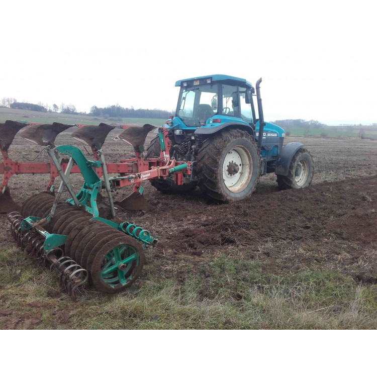 Traktor New Holland 8870 + Kwerneland 5 radlic, šroubové jištění + Packomat