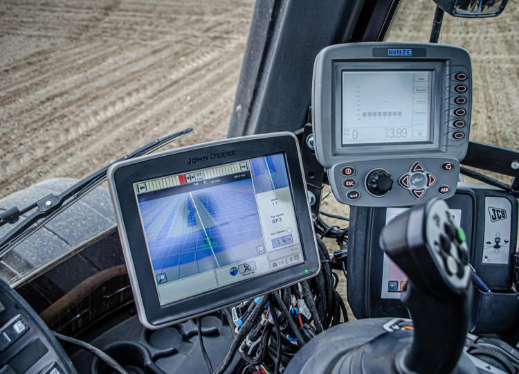 Univerzální elektrický volant s navigací John Deere