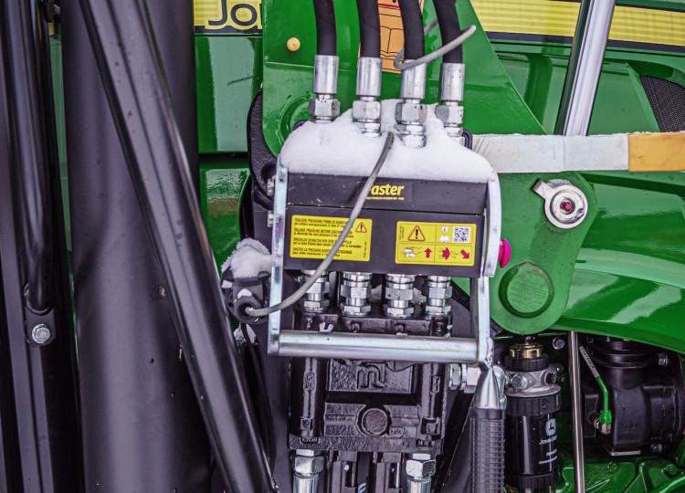 John Deere 5100M s lesní nástavbou