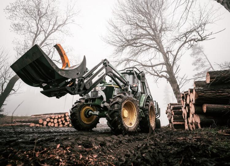 Lesní nástavba John Deere 6110M